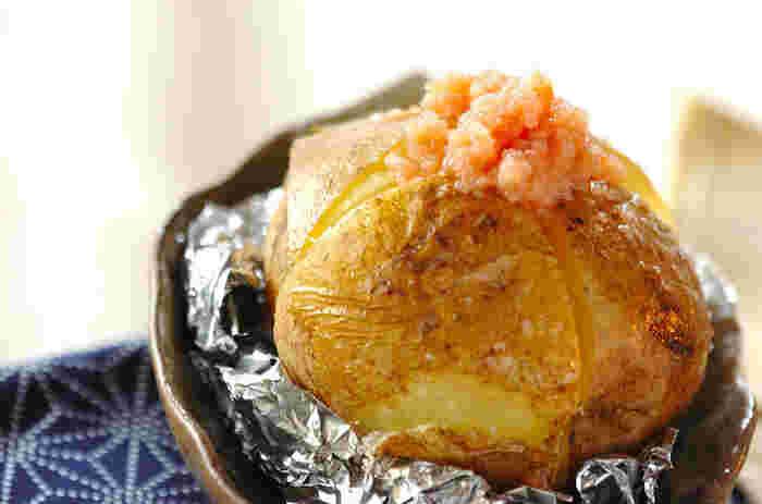 こちらもレンジで柔らかくしてからアルミホイルで包み、オーブンで10分焼きます。その上に、明太子とバターで作った明太子バターをトッピングして簡単にできあがり♪おかずやおつまみにぴったりです。