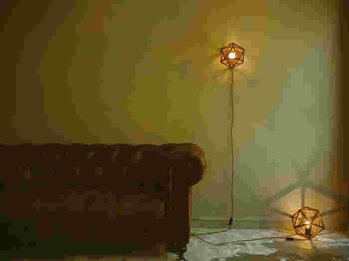 また足元やテーブルに置くだけでなく、フレームということで壁にかけて使うこともできちゃいます♪こんなアンティークなソファーと合わせるだけで、とってもおしゃれなインテリアにもなりますので、使いやすくておすすめです*