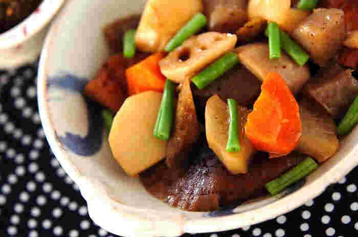 手巻き寿司だけじゃ物足りない!と言う人には根菜の煮物がおすすめ。たくさん作っておけば、翌日には味がしみてさらに美味しくいただけます。