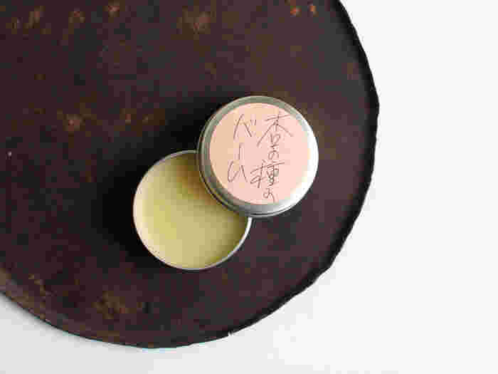「杏の種のバーム」は、杏の種のオイルをベースにミツロウを加えたリップバームで、優しく甘い香りが気持ちを穏やかにしてくれます。天然成分でつくられているため、お肌が敏感な方でも安心して使えるのがうれしいですね。 唇の荒れを防ぐ他にも、指先のちょっとした乾燥にもおすすめです。