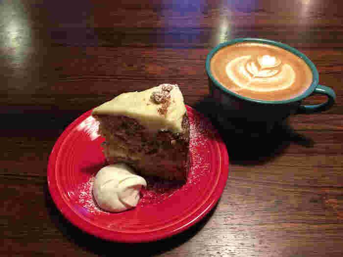 おすすめのキャロットケーキとパンプキンチーズケーキは素材の持つ味わいそのままのナチュラルな美味しさ。長居するのにぴったりなたっぷりサイズのコーヒーと一緒にどうぞ。