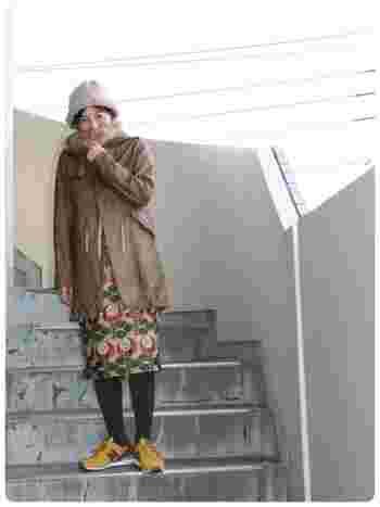 レザーのモッズコートに派手柄スカートが◎!スニーカーの色も効いてます。