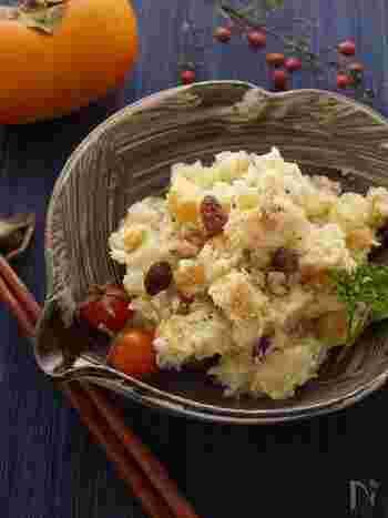 柿とさつまいもの秋の味覚の組み合わせがおいしいサラダ。味付けはマヨネーズだけのシンプルながら、食感も味付けも抜群で何度もリピしたくなる組み合わせです。さらにレーズンやクルミを入れるとよりおいしくデザート感覚のサラダに仕上がります。