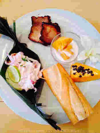 東京・外苑前にある無国籍料理のカフェ。朝7:30から営業していて、世界中の朝ごはんを2ヵ月ごとに味わえます。こちらは、タヒチの朝ごはん。色々な国の珍しい朝ごはんを食べられます。