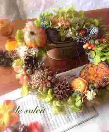 秋といえば、みのりの季節。豊かな収穫を祝うようなこんなカラーも、お部屋を明るくしてくれます。アジサイにモス、色々な木の実にベリー、パンプキン。手に取って隅々までじっくり眺めていたくなる華やかなリースです。
