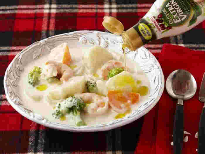 ホワイトソースがベースのシチューですが、食卓に出す前の最後の仕上げとして、ささっとオリーブオイルをかけてみませんか。  風味豊かなエキストラバージンオリーブオイルをあわせると、プロの一品のような、ちょっと特別感のある味わいに。
