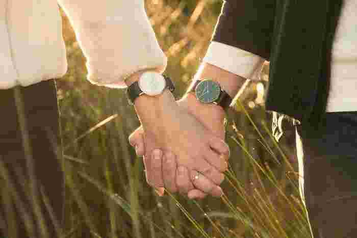 大事な人と、四六時中一緒にはいられない現実。今のご時世、スマホ1つですぐにつながることもできるけれど、それじゃちょっと味気ない。離れている時でも、お揃いの時計を身につけていれば、手を取り合って悠久の時を刻んでいるように感じられる。そんな気がしませんか?次に会えるまでの日々を、それぞれの場所でお互いに頑張れるように…そんな思いで二人でお気に入りを選んでみるのも楽しい時間になりそう!