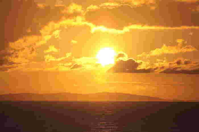 夕日の名所として知られる御神崎灯台では、夕暮れ時になると大勢の人が訪れます。緋色の夕日が徐々に色を変えながら刻一刻と海に沈んでゆく様子は瞬きをすることさえも惜しくなる程の美しさです。