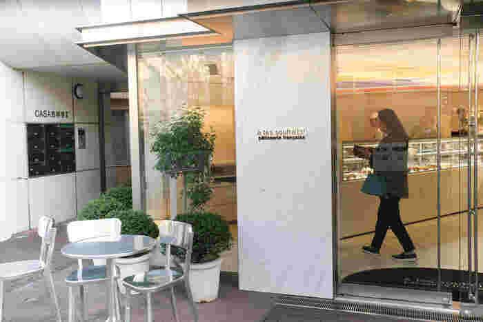 行列必至のパティスリーとして知られる、「アテスウェイ」。吉祥寺駅北口から徒歩約18分ほど、東京女子大学の前にあります。  パティシエ・川村英樹氏が手がけるケーキが、どれも美味しいと評判。食べログでも「百名店2019」に選ばれている、評判が高いお店です。