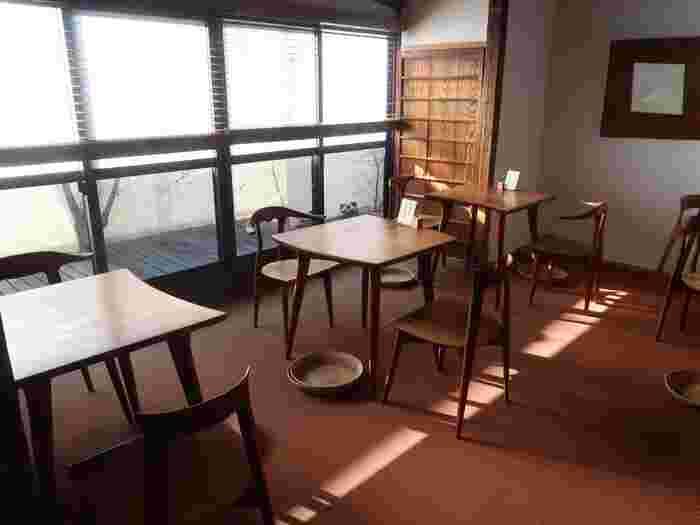 店内は木をふんだんに使ったナチュラルな雰囲気です。丸みを帯びた椅子やテーブルが、心安らぐ空間を演出しています。靴を脱いで上がるので、家のようにくつろげそう♪