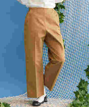 サイドのボタンがアクセントになったマリンパンツは、この季節にこそ堪能したい夏感たっぷりなアイテム!少し短めの丈が大人かわいい印象です。
