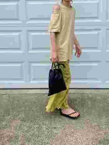 Tシャツにロングスカートのコーディネートは、マンネリしないよう、素材にこだわってみて。肌にまとわりつくような柔らかい質感のスカートやディテールにこだわったトップスを合わせることで、女性らしさとカジュアルを併せ持つ上品なスタイルに。スカートの足元はあえてビーチサンダルにして外してみると、コーディネートに抜け感が。