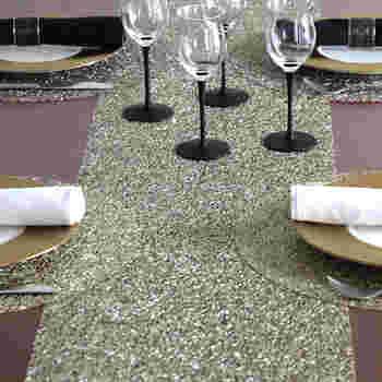 きらきらした素材を使ったテーブルランナーはテーブルを一気にパーティー仕様に格上げしてくれます。食器を並べることで、煌めき具合を調整することもできます。