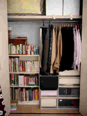 できるだけスペースを使いたくないという場合は、クローゼットの中に本棚を置いてみるのはいかがでしょうか。ちょっとした書斎コーナーができて、わくわくした気持ちで絵本を選べますよ。毎晩の絵本タイムが楽しみになりますね。