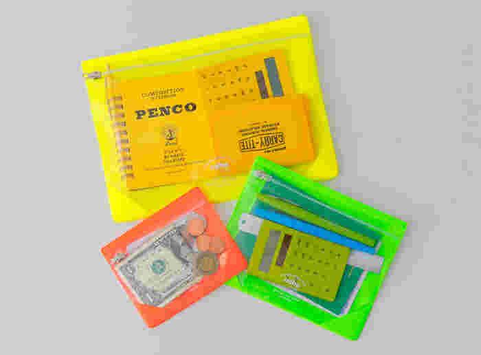 海外旅行ではクリアなファスナーポーチを活用して、ノートやコインなどを小分けにして収納するのもおすすめです。透明のポーチなら中身が一目で分かるので、必要な時にすぐに取り出すことができますよ◎。