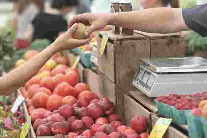 週末、近所で朝市が開かれているならチャンス。作り手の顔が見える野菜や果物を買いに出かけましょう。