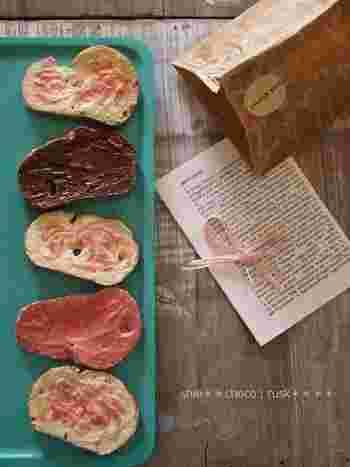 チョコレートの色ってなんでこんなにも可愛いのでしょうか。パンを焼いてチョコを塗るだけなので不器用さんでも簡単にデコレーションすることができます。