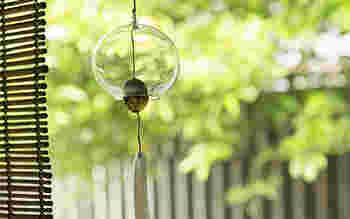 チリンチリンと澄んだ音が涼を呼ぶ風鈴は、夏を代表する風物詩のひとつ。一つ一つ手作りの宙吹きガラスに舌(ぜつ)は貝、短冊は手織り麻製の江戸風鈴です。まるでシャボン玉のように透明な風鈴が窓辺に揺れて、心地よい音を奏でてくれます。 江戸風鈴 白水玉/中川政七商店