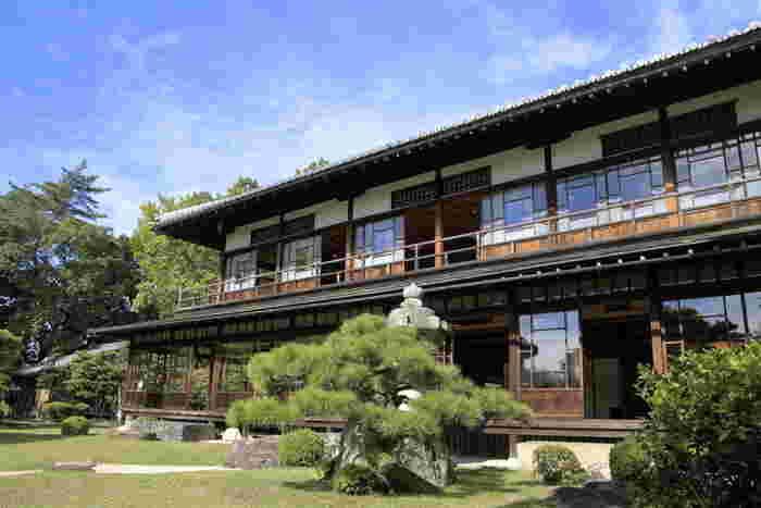 慶雲館(けいうんかん)は、山梨県南巨摩郡早川町にある旅館です。慶雲館の歴史は、なんと約1300年前の慶雲2年の飛鳥時代にまで遡ります。世界で最も古い宿として、ギネス世界記録に認定されているほど歴史のある宿です。
