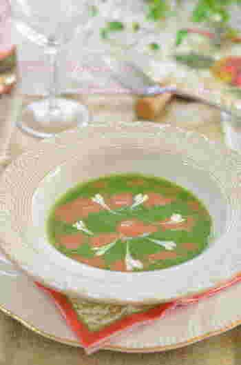 目に鮮やかで栄養もバッチリ!ほうれん草とトマトのスープに生クリームを浮かべて、赤・白・緑のクリスマスカラーに仕立てたポタージュです。