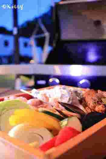 夕食は、各サイトのウッドデッキに備え付けられたグリルで楽しむバーベキュー。ステーキをメインに、サザエやエビ、ホタテなど海の幸も満喫できます。