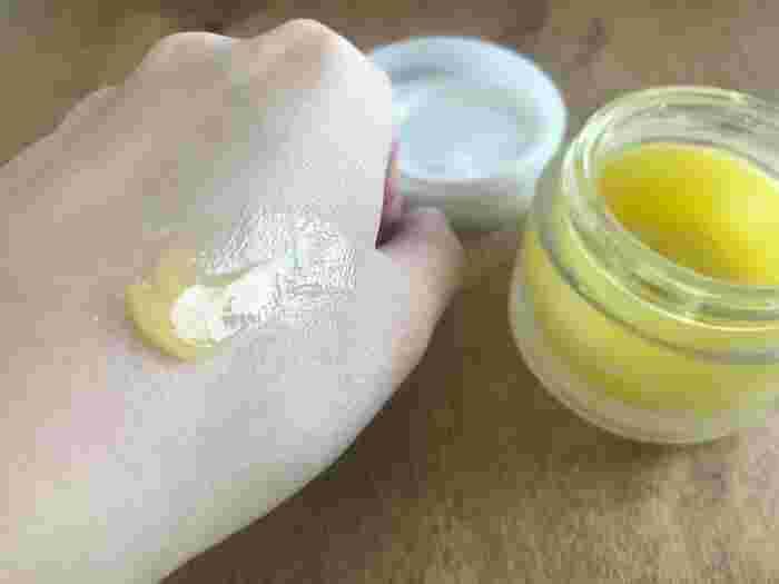 粘りのあるテクスチャーのバームがお肌にピタッと密着。マッサージするように汚れを落としていきましょう。最初に水分を含ませると汚れが落ちにくくなってしまうの注意!しっとり&もちもちとした洗い上がりです。  (編集部撮影画像)