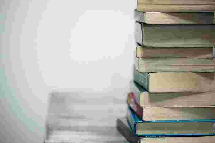 本や雑誌、参考書などは水の気を司るトイレと相性がよくありません。本を持って出入りすると、悪い気がついたものをトイレから持ち出すことになってしまいます。どうしても本を読みたいときは、トイレ専用のものを一冊だけ決めて、お部屋には戻さないように気を付けましょう。