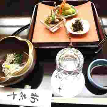 老舗料亭の会席料理の美しさは、日本文化の粋を目でも味わえますね。
