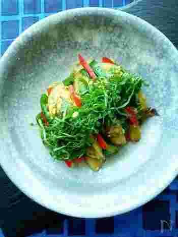 夏野菜のなすとピーマンを焼いて皮をむき、めんつゆで味付けした夏ならではのレシピです。 風味付けにたっぷりの新生姜と青じそを添えて。さっぱりとした味わいが食欲をそそります。彩りも鮮やかに盛り付けておもてなしにもピッタリ!