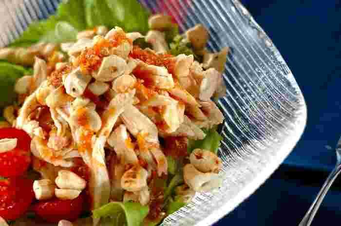 鶏むね肉にトマト、栄養豊富なナッツがたっぷり!蒸し暑くなってくる季節にうれしいさっぱり味の、食欲をそそるボリューミーなおかずサラダです。