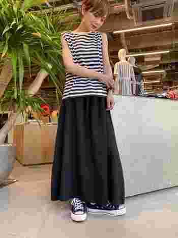 ノースリーブで思い切って肩を出すことで、華奢感がアップしてスタイルが良く見えることも。ふわっとしたマキシ丈スカートで女性らしさも忘れずに。