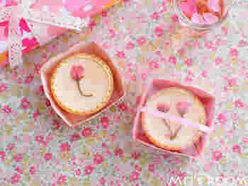 桜の季節にはこんなミニタルトも。お花見やちょっとした御土産にもおすすめです。ラッピングすることでお店で売ってるような仕上がりに。送った相手の喜ぶ顔が見えるようです。