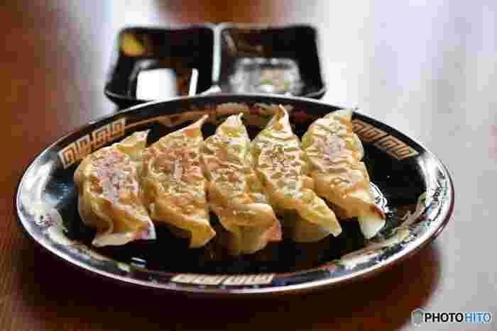鉄板でジュウジュウ蒸し焼きにする音と芳ばしい香りの焼餃子、温かいスープに入った水餃子に蒸籠蒸しにされたプリプリの蒸し餃子。 国民的ソウルフードとも呼べる人気の『餃子』は、色々なスタイルや味付けで楽しめる点心の代表格。子供の頃、お手伝いでお家で作ったことが有る方も多いかも。 食材や調理法を変化させることで、大人向け、子供向け、オツマミになるものからメインディッシュまで、アイディア満載のレシピをご紹介!