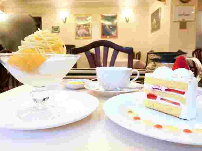 """画像左は『アイスモンブラン』。昭和世代に懐かしい""""黄色いモンブラン""""が、アイスクリームの上に載っています。 右はしっとり柔らかなスポンジにマダガスカル産ヴァニラが香る純白の生クリームが挟まれた『ショートケーキ』。"""