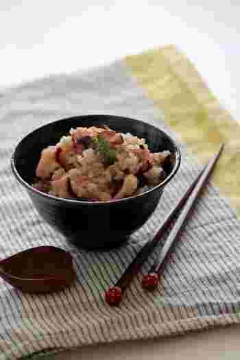 なんだか難しそうなタコ飯も炊飯器で簡単にできますよ。レシピにある黒米は色付けなのでなくてもOK。ショウガをたっぷり入れて召し上がれ!