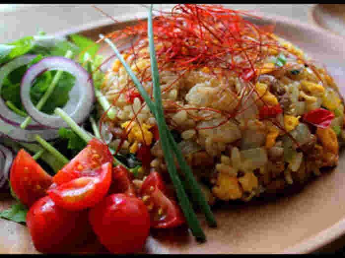 """見た目はガッツリ!ですが、納豆と野菜をたっぷり使って""""かさ増し""""をしているこちらのレシピは、とてもヘルシー。彩りも華やかなので、目でも楽しめますね♪"""