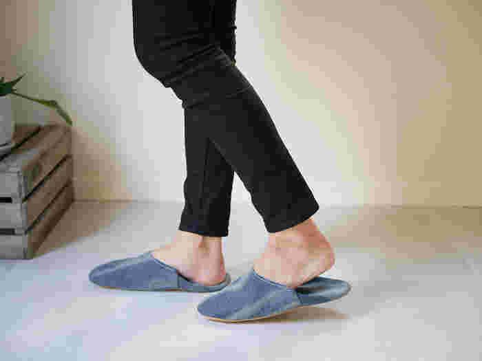 履くほどに味わいの出るデニム製スリッパ。 夏場はさらっと素足で履きたくなる気持ちよさ。 やさしい履き心地なので1年中使えますよ。