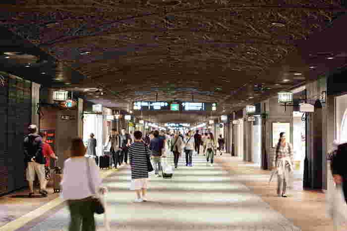 こちらは天神の南北を一直線に結ぶ「天神地下街」。2ラインに渡ってショップが立ち並んでいるので、往復するだけでも買い物が楽しめます。また、電車や地下鉄の駅、バスセンターや各商業ビルに繋がっているので、雨の日も快適に移動できるのも嬉しいですね。各観光スポットへも歩いて10分ほどで移動できます。