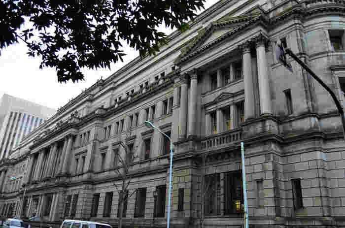 東京の建築遺産50選にも指定されている日本銀行本店。ベルギー国立銀行を参考に1896年(明治29年)に竣工しました。1974年(昭和49年)には国の重要文化財にも指定されています。小学校5年生以上なら、一般見学もできるんですよ。事前予約しておくと建物内も見学することができます。