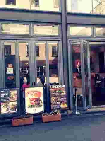 四ツ橋駅と桜川駅のちょうど真ん中に位置するのが、こちらの「T.C cafe」。スタイリッシュなインテリア雑貨店内に併設されているカフェです。