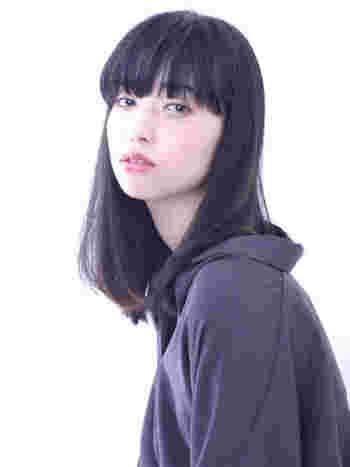 パーマなしの黒髪セミロングは、髪そのものの重さを生かして、あまり梳かずに、下へと流れるラインを作ると美しく決まります。
