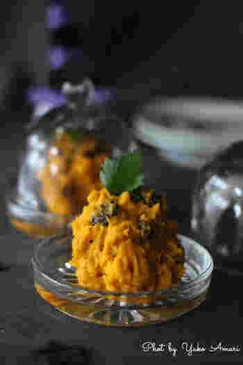 カボチャとチキンにラムレーズンを合わせて。 サラダとしてのレシピですが、ディップとしての使い方もおすすめされています。 ボリュームがあるのでおかずの一品にもなりそうです。