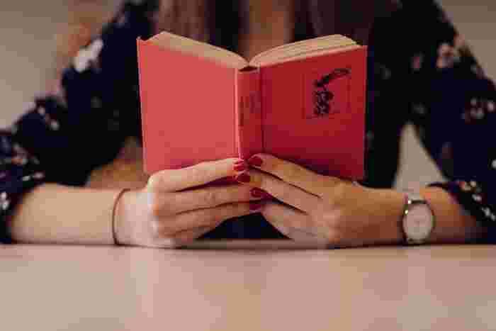 おすすめの朝活2つ目は読書。朝のクリアな時間に読むことで内容が頭に入りやすく、脳のウォーミングアップにもなります。情報や知識が得られ、視野がぐっと広がることも期待できますね。ポイントは興味のある本を読むこと。「よし!」と意気込むあまり、いきなり難しい本にトライするよりも興味のある本をスイスイ読む方がモチベーションアップにもつながります。買ったまま本棚にしまってある本があったら、この機会に読み始めてみましょう。