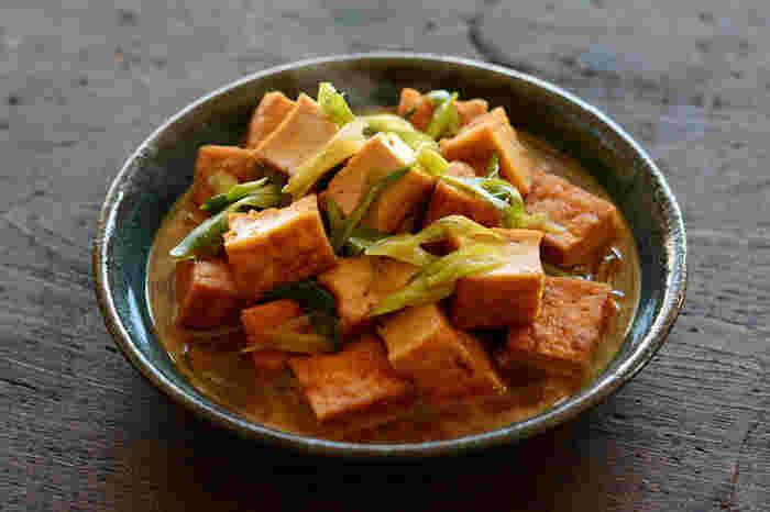 材料はシンプルに厚揚げと青ネギだけ。ほんのり甘めに仕上げた煮物は、白いご飯によく合う濃い目の味付け。どこか懐かしい料理は、心までほっこりします♪