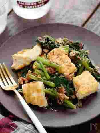 卵を入れずにツナ缶で作るチャンプルー。ツナ缶の油を使って炒めるので、小松菜の苦味も和らぎ味もよく染み込むので、小松菜が苦手な子供でも美味しくいただけそう。こちらも包丁ではなくキッチンバサミで小松菜をザクザクカットすれば、包丁いらずで簡単に作れます。