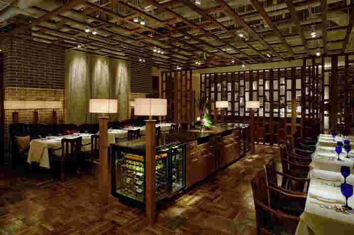 『サイアムヘリテイジ東京』はデートにもピッタリのラグジュアリー感漂うタイレストラン。大手町・東京駅からすぐ近くなので仕事帰りにも足を運びやすい立地の良さも魅力的。天井が高く開放感があるこちらのお店は、バンコクにある「サイアム ヘリテイジ ブティック」というホテルの監修によるものだそう。