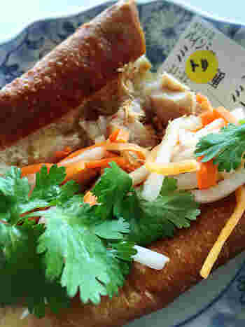 高田馬場駅のすぐ近くにある大人気のベトナムサンドイッチ店。自家製のフランスパンに、ボリュームのある具とたっぷりのパクチーなどがはさんであります。