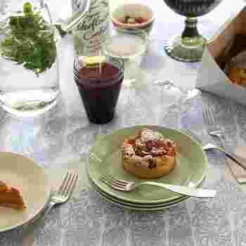 またシンプルなので和洋中、そしてスイーツまで、お料理を選ぶことなくマルチに使うことが出来る、シンプルビューティーな一枚です。