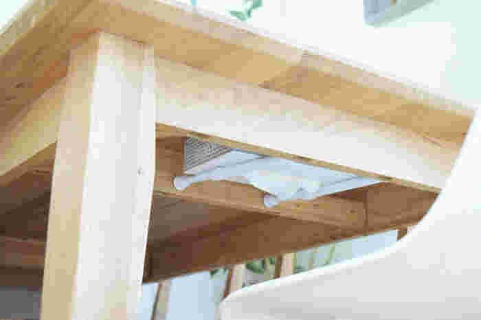 これは、盲点。テーブルに出しておくと生活感が出てしまうティッシュの箱を、テーブル下にそっと収納。ティッシュの箱は逆に取り付けてあるので、必要な分だけティッシュが引き出せる仕組みです。