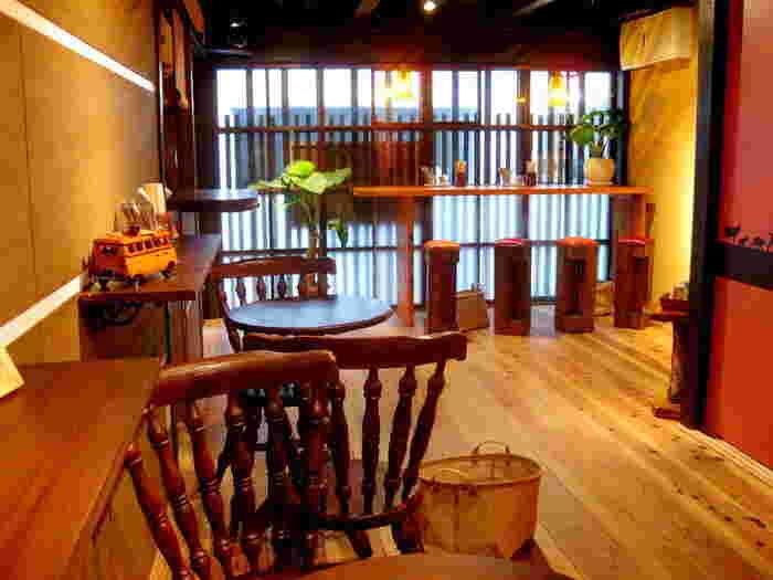 京町家を改装したという建物で、木の温もりに包まれている店内には、イートインが設けられています。京都御所や二条城をまわったあとに、ここで一休み…というのもいいですよね。
